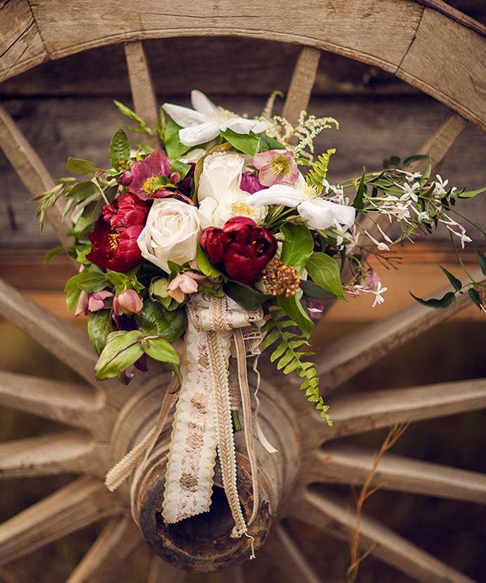 buchet flori rosii-nunta in gradina (19)