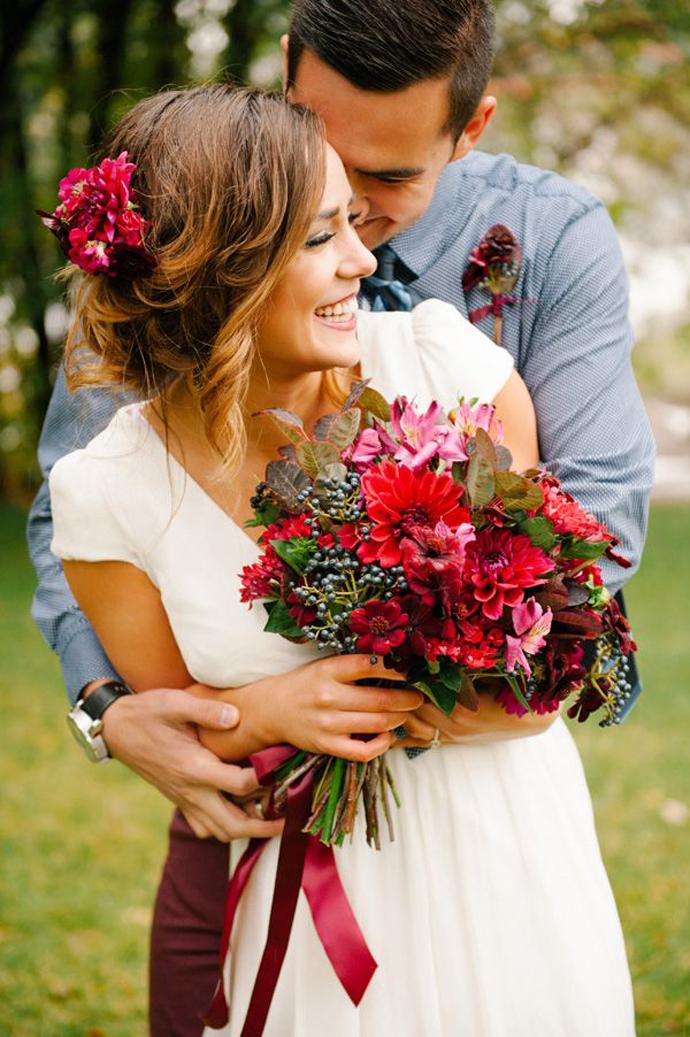 buchet flori rosii-nunta in gradina (9)
